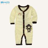 Le bébé de coton peigné par vêtements beiges de bébé de couleur se développe