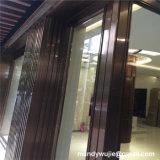 ホテルは角のタイルのトリムの中のローズの金ステンレス鋼を写し出す