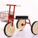子供レトロの三輪車か三輪車の子供または3つの車輪のバイク