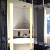 جدار لاصفة يعلى [لد] ضوء خلف غرفة حمّام مرآة ضوء