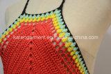 ホールターの首によって縁を付けられるかぎ針編みの女性の水着