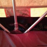 fuori dalla tenda di campeggio della parte superiore del tetto dell'automobile di famiglia di avventura della strada