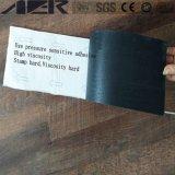 Preiswertes Linoleum, das selbstklebende hölzerne Vinyl-Belüftung-Bodenbelag-Fliese ausbreitet