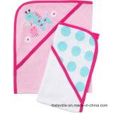 아기 자수 디자인을%s 가진 두건이 있는 수건 세트
