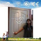 La célèbre porte de bois d'apprêt blanc de l'intérieur de la salle
