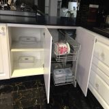 Retire o armário de cozinha com cesta de armazenamento