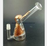 Il tubo di acqua di fumo sotto forma dei fogli del metallo