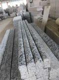 磨かれた自然な波の白い花こう岩のタイルか平板またはVanitytopまたは階段またはまわりを回るか、またはカウンタートップまたはテーブルの上の平削り器の端