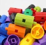 Brinquedos felizes dos blocos de apartamentos das crianças
