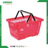 Le rouge en plastique de supermarché en gros d'épicerie portent le panier à provisions