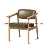 食事するか、またはレストランのための北欧のシンプルな設計を用いる木の椅子