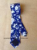 Cravate florale bleue et blanche de coton