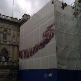 La construcción se atrinchera banderas del acoplamiento del andamio, considera a través el abrigo de la cerca de las banderas del acoplamiento