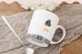 Tazza di ceramica poco costosa con il coperchio ed il cucchiaio