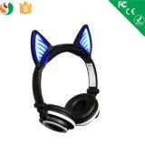 Dessin animé au-dessus des écouteurs rougeoyants de l'oreille DEL Bluetooth
