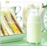 100 мл, 250 мл, 500 мл, 1000 мл очистить стеклянные бутылки молока за круглым столом с пластмассовой крышки багажника