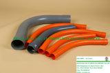 Curvatura da canalização do PVC para o cabo elétrico