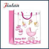 Los diversos muchachos y muchachas de los diseños laminaron la bolsa de papel para el bebé