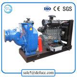 Individu amorçant la pompe à eau d'égout centrifuge avec des jeux de moteur diesel