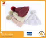 겨울 귀여운 방울 술을%s 가진 사랑스러운 뜨개질을 한 다채로운 아이들 모자