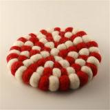 円形のフェルトの球のTrivetsの自然なコースター