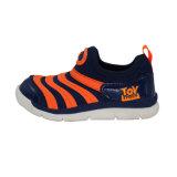 子供の運動靴の処置のスポーツの靴