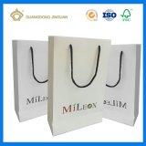 Los bolsos de compras del Libro Blanco con las manetas liberan el envío