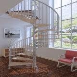 A grão de madeira pisa a escada de aço dos trilhos das escadas de aço espirais da escadaria