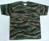 Os homens do exército de algodão da T-shirt no Camouflage