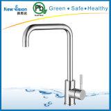 Robinet de cuisine de l'eau d'acier inoxydable dans des accessoires de salle de bains