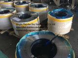 Edelstahl-Ring packte auf hölzernen Ladeplatten