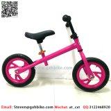軽いプラスチック車輪が付いている連続した自転車を押しているMutilカラー絵画子供