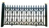 鉄の細工した庭かゲートの金属の塀