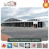 Outdoor dôme blanc tente avec cadre en aluminium et des murs en verre pour des événements