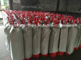 los tanques rojos del cilindro del acetileno 40L con las válvulas y los protectores de la válvula