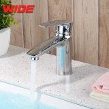 Водяной знак санитарных продовольственный меди в ванной комнате раковина струей воды