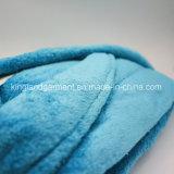 L'hôtel fournit le peignoir bleu ordinaire de douche de polyester