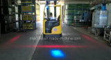 Carretilla elevadora que se acerca al piloto azul de la luz de seguridad para la carretilla elevadora