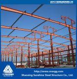 Costruzione ad un piano della struttura d'acciaio con il materiale da costruzione per il workshop