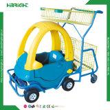 Carrello d'acquisto dei bambini del supermercato con l'automobile del giocattolo