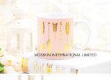 A folha de ouro cor-de-rosa da forma rotula a caneca de café de 20 onças