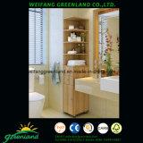 Древесина хорошего качества обшивает панелями шкаф ванной комнаты