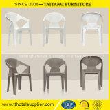 Empilhando a cadeira moderna da cadeira plástica com braços