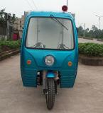 新しい3つの車輪のガスによっては3つの車輪のオートバイが自動車に乗った
