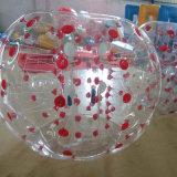 Caminhada abundante inflável da esfera na pastagem