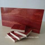 La película rojo frente a la construcción de madera contrachapada
