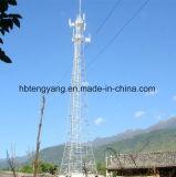 avec la tour en acier de télécommunication de cornière de 4 pattes