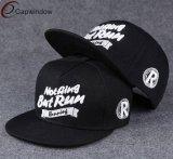 カスタム刺繍デザインの平らな縁の急な回復の帽子