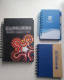 Cuaderno de los estudiantes como regalo para la universidad con la etiqueta engomada y la pluma