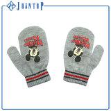 子供のおかしい冬の刺繍のラベルによって編まれる手袋